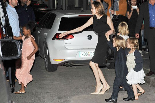 Angelina Jolie leva os filhotes para jantar
