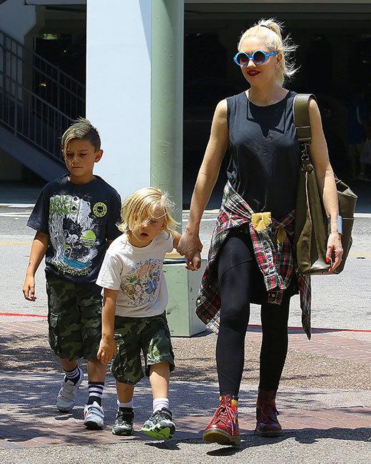 Gwen Stefani dá uma voltinha por LA com seus boys