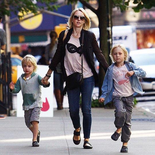 Naomi Watts anda por NY com seus filhos