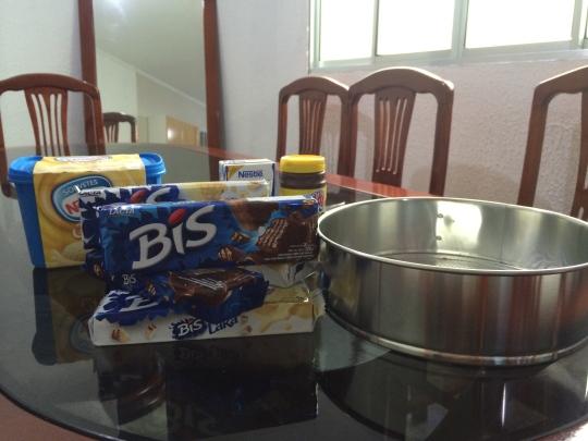 Ingredientes: 01 pote de sorvete de creme, 05 caixas de BIS (branco e preto), 01 receita de brigadeiro e uma forma